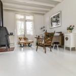 Wit geschilderde vloer in combinatie met een authentiek interieur, een plaatje!