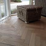 Een authentieke look is niet beter te combineren dan met een verouderde vloer en een visgraatvloer. Grigio doet het!