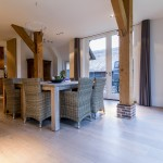 Brede Eiken planken vloer in een prachtige woonboerderij in IJhorst in combinatie met vloerverwarming. Ontwerp door Piet Boon.