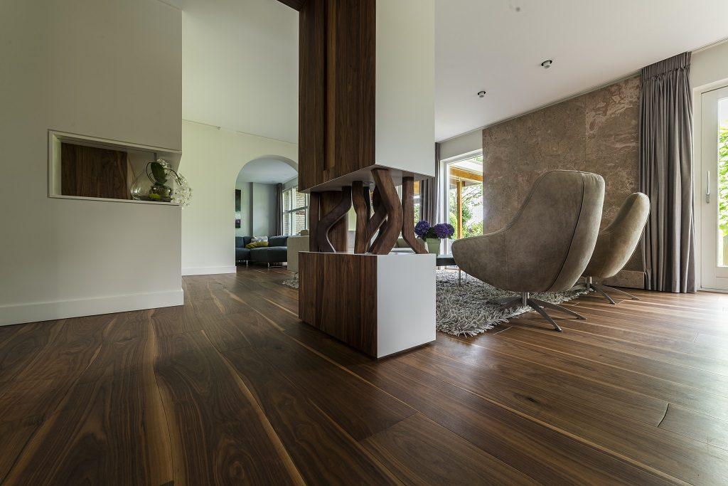 Een Noten Bolefloor in een huis in Den Hoorn met nog veel meer Amerikaans noten hout