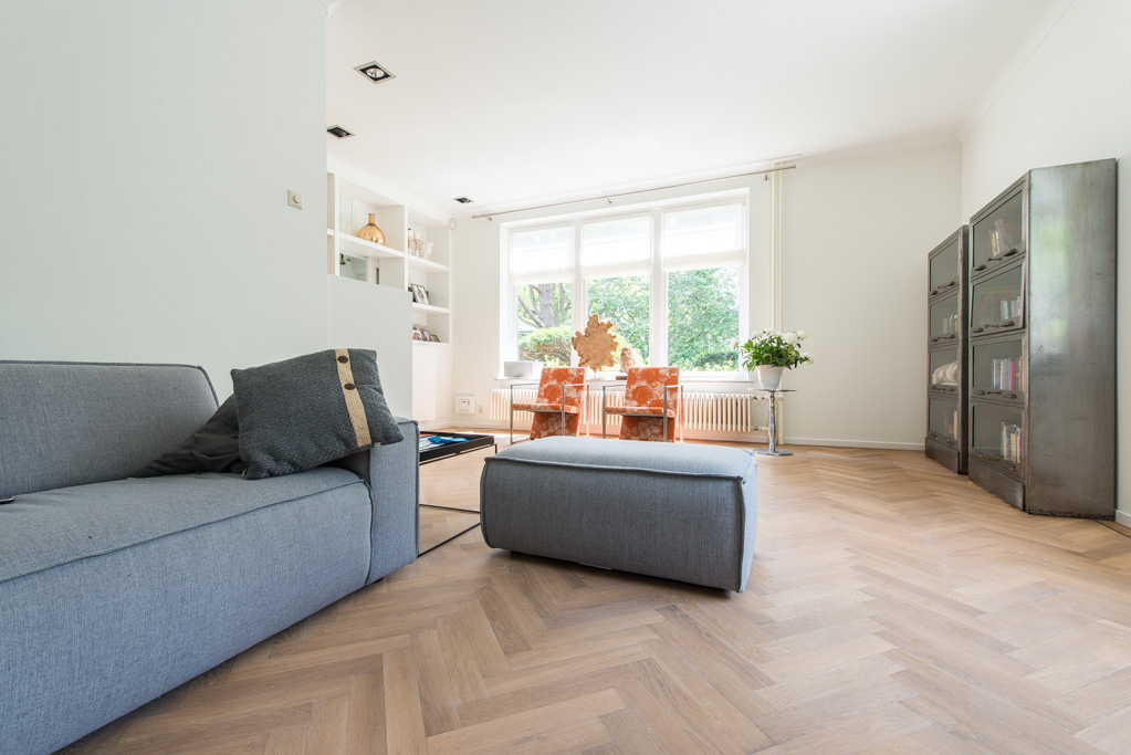 Woonkamer Vloer : De woonkamer met hierin de Eiken Visgraat Vloer ...