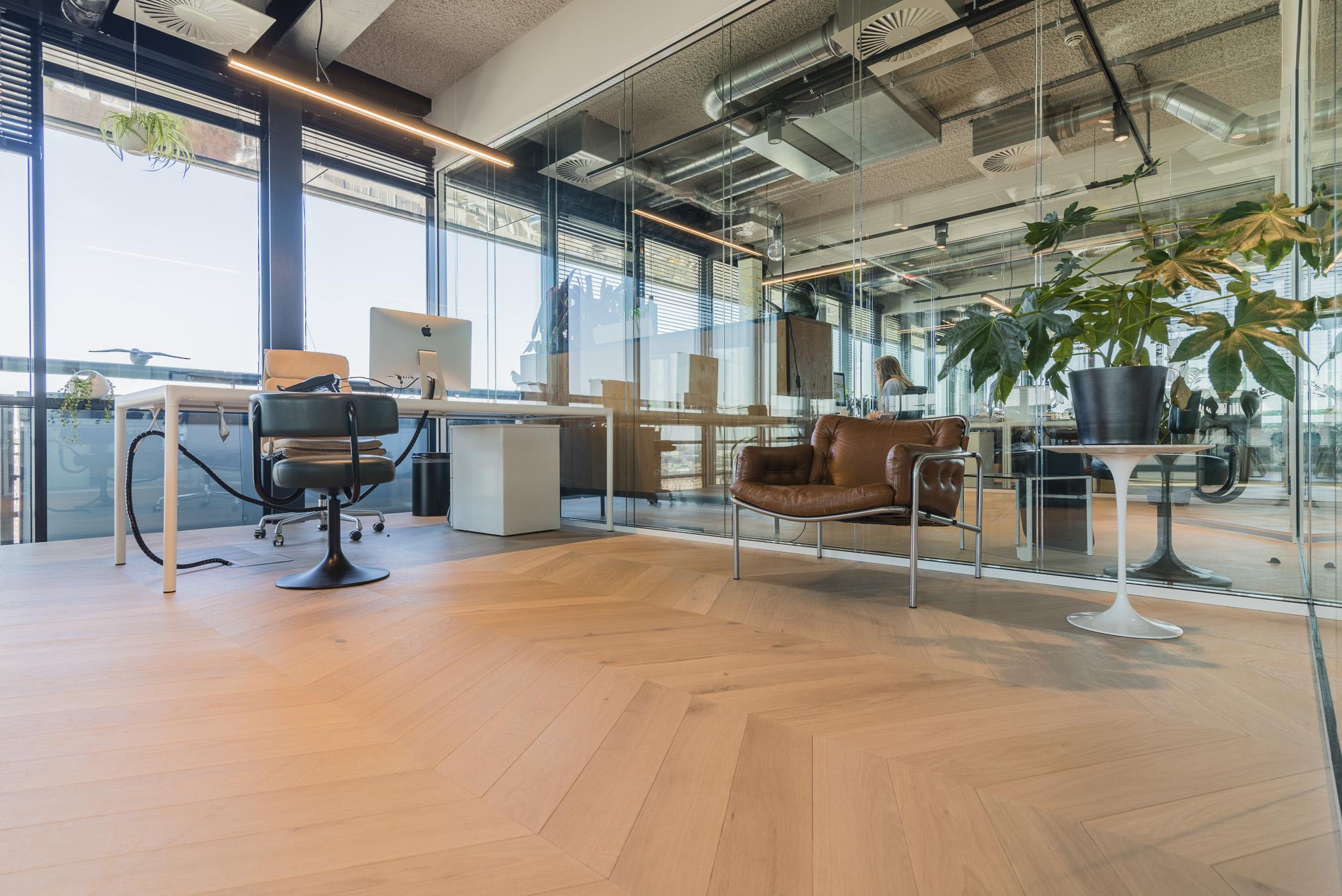 De vloer komt fantastisch uit in dit stijlvolle kantoor.