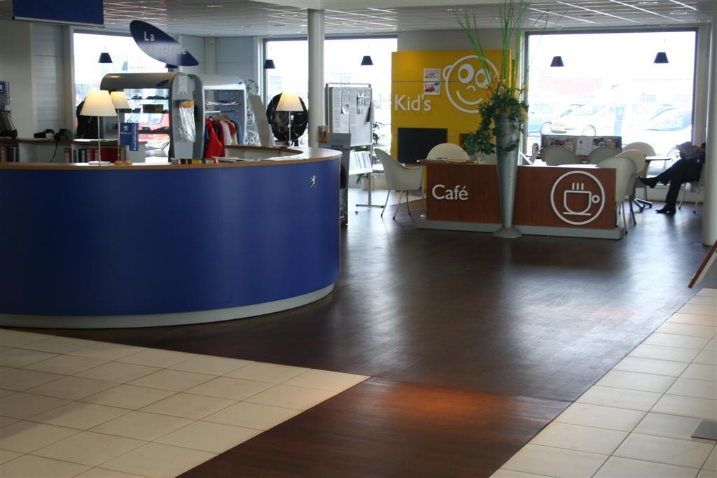 Ook de loungebar is voorzien van de Merbau vloer waar duidelijk de fraaie glans van de vloer te zien is