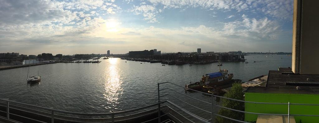 Het prachtige uitzicht op het IJ