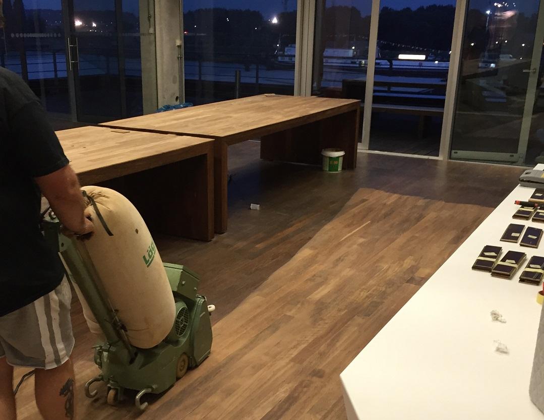 De werkzaamheden aan de luxe koffietafels in volle gang