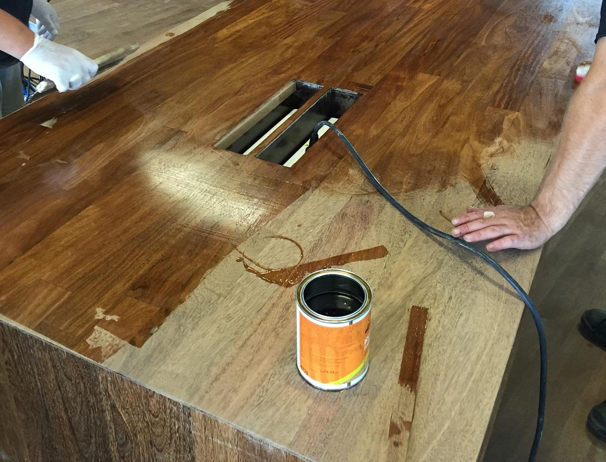 Eén van de koffietafels zojuist in de olie gezet
