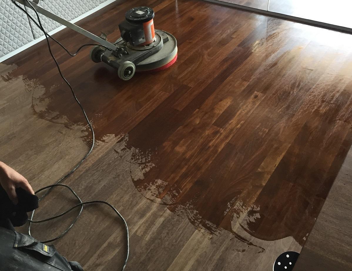 Een deel van de vloer, zojuist in de olie gezet