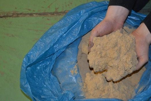 Het vrijgekomen stof van een geschuurde vloer