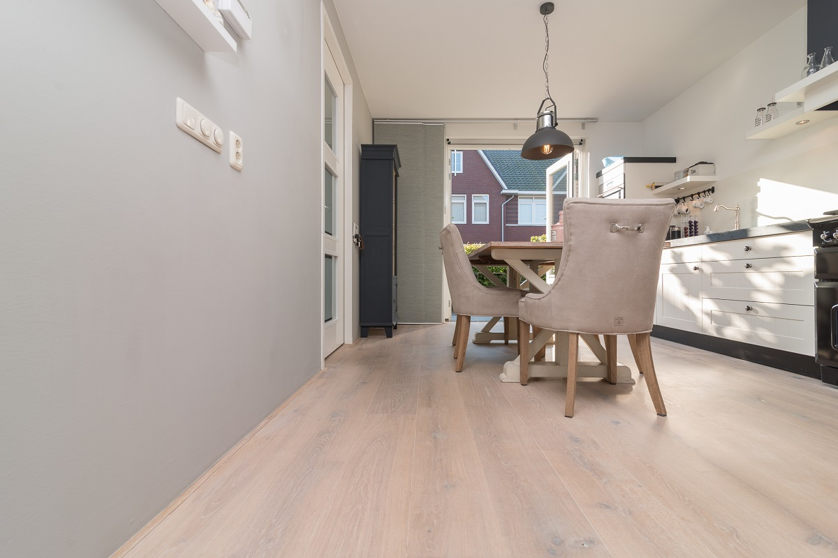 Wit of grijze vloer eiken lamel vloer wit geolied harderwijk baltussen parket kamer interieur - Witte muur kamer ...